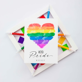 Lgbtプライドのフレームと紙に虹色のハートのトップビュー