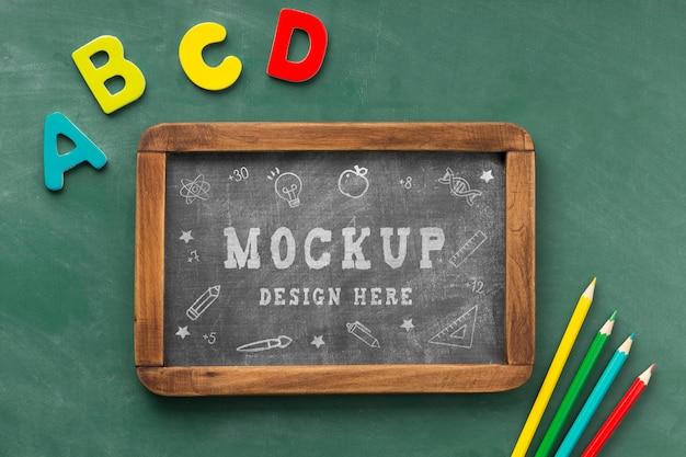 教育の日の学校の必需品と黒板の上面図