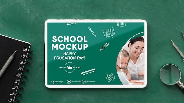 タブレットで教育の日の学校の必需品の上面図