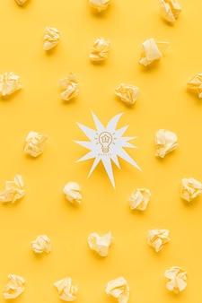 アイデア電球としわくちゃの紙の形状の平面図
