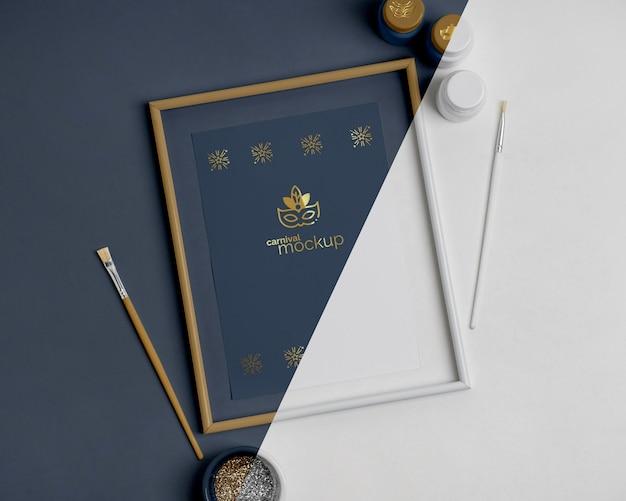フレームとペイントブラシを使用した単純なカーニバルの招待状の上面図