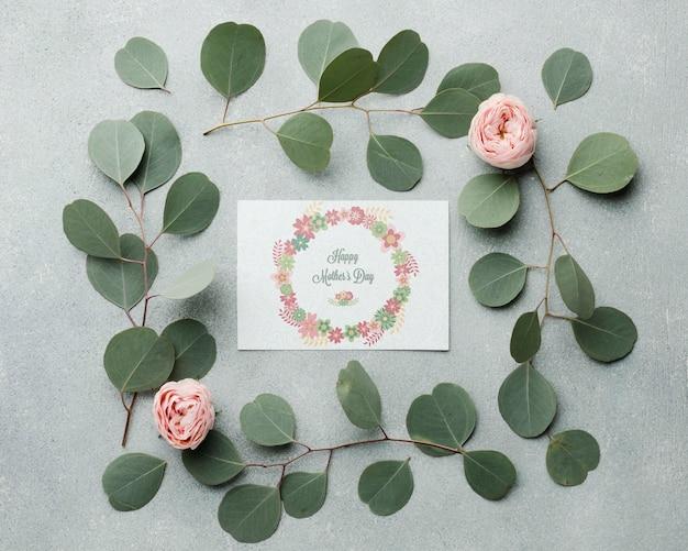葉と柔らかいバラのトップビュー