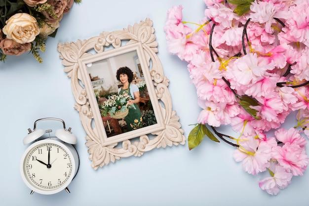 フレームと時計と春牡丹のトップビュー