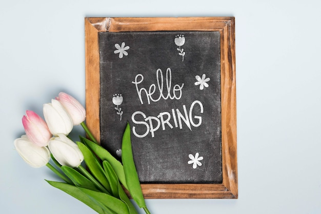 黒板と春のチューリップのトップビュー