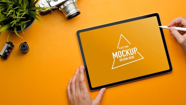 Вид сверху стильного рабочего места с макетом цифрового планшета