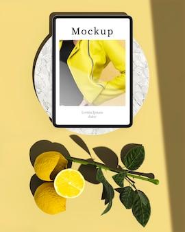 柑橘類と葉のタブレットのトップビュー