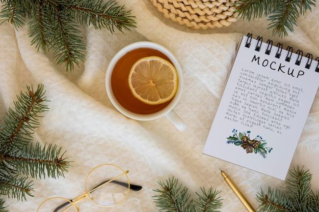 トウヒの枝とノートブックとお茶の上面図