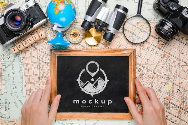 프레임 모형과 함께 여행 필수품의 상위 뷰