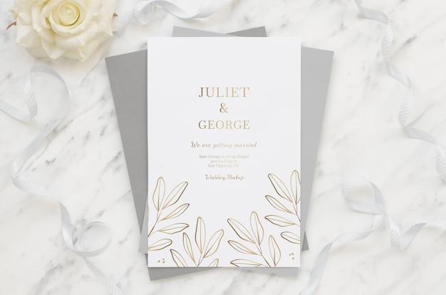 꽃과 웨딩 카드의 상위 뷰
