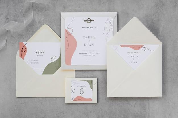 Вид сверху на свадебные открытки с конвертами