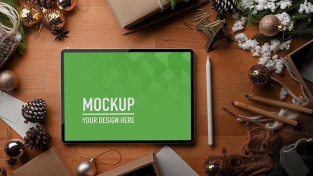 디지털 태블릿 이랑 나무 테이블의 상위 뷰