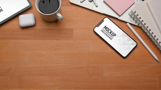 スマートフォンのモックアップと木製のテーブルの上面図