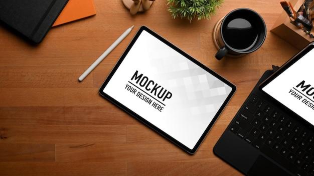 태블릿 모형, 편지지, 커피 컵과 나무 테이블의 상위 뷰