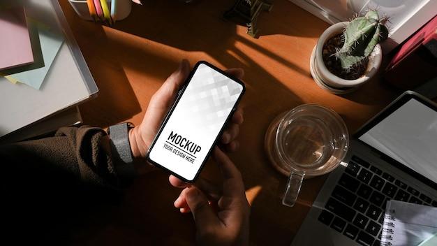 디지털 태블릿 및 스마트 폰 모형이있는 작업 공간의 상위 뷰