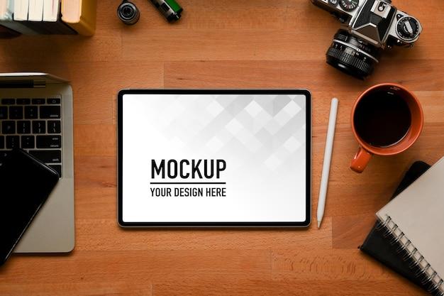 Вид сверху на рабочее пространство с макетом цифрового планшета