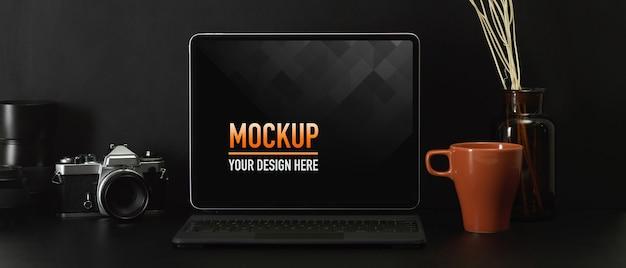 Вид сверху на рабочее пространство с макетом ноутбука