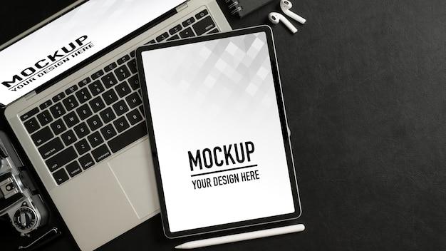 Вид сверху на рабочее пространство с макетом планшета, ноутбука, аксессуаров и копией пространства в домашнем офисе