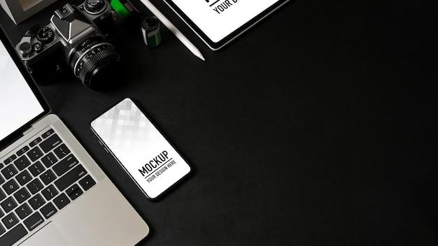 スマートフォン、ラップトップ、タブレットのモックアップとワークスペースの上面図