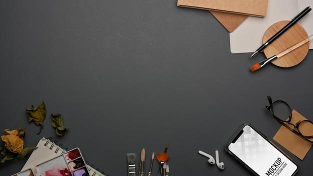 스마트 폰 모형이있는 작업 공간의 상위 뷰