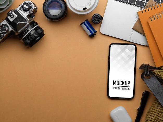 スマートフォンのモックアップとワークスペースの上面図