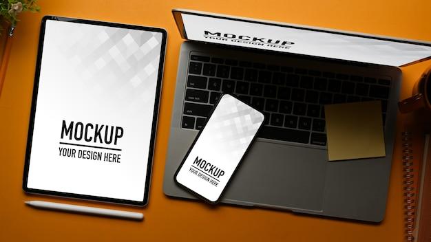 タブレットとスマートフォンのモックアップとワークスペースの上面図