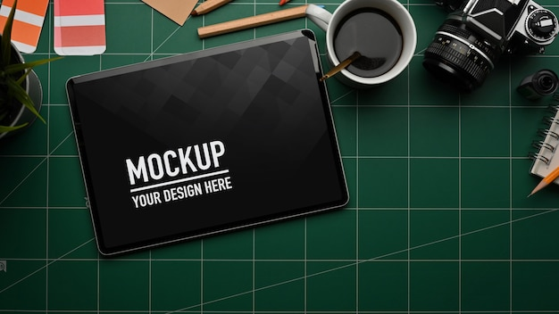 タブレットのモックアップとまな板とワークスペースの上面図