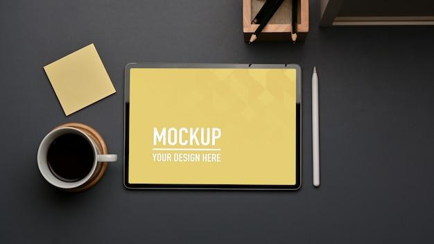 ホームオフィスのタブレットモックアップと文房具のワークスペースの上面図