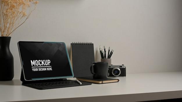 Вид сверху на рабочее пространство с макетом планшета и расходными материалами