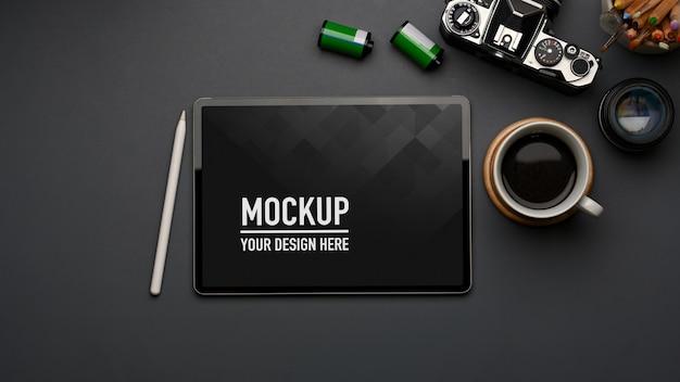 タブレットのモックアップ、コーヒーカップ、ホームオフィスの備品とワークスペースの上面図