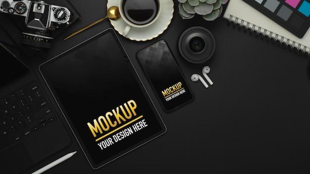 タブレット、スマートフォン、事務用品のモックアップを含むワークスペースの上面図