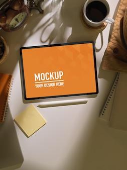 태블릿, 편지지, 흰색 테이블에 커피 컵 작업 공간의 상위 뷰