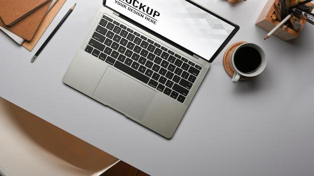 Вид сверху на рабочий стол с макетом ноутбука