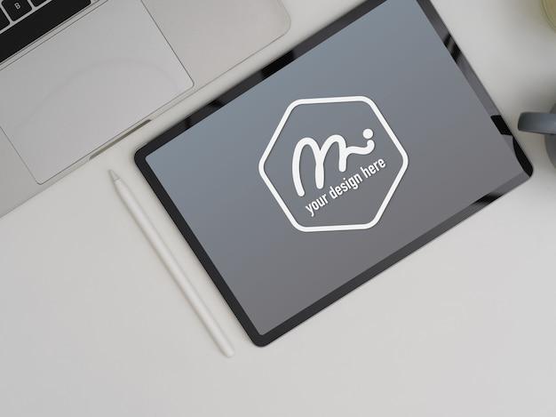 디지털 태블릿, 노트북 및 복사 공간을 모의로 작업 테이블의 상위 뷰