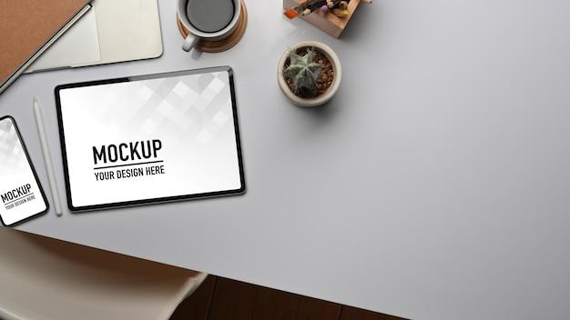 タブレットとスマートフォンのモックアップで作業台の上面図