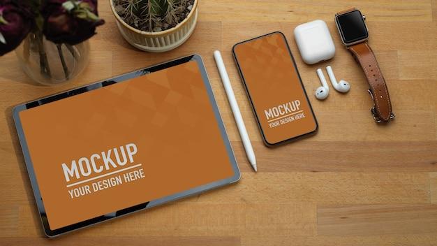 タブレット、スマートフォン、アクセサリーを備えた作業台の上面図