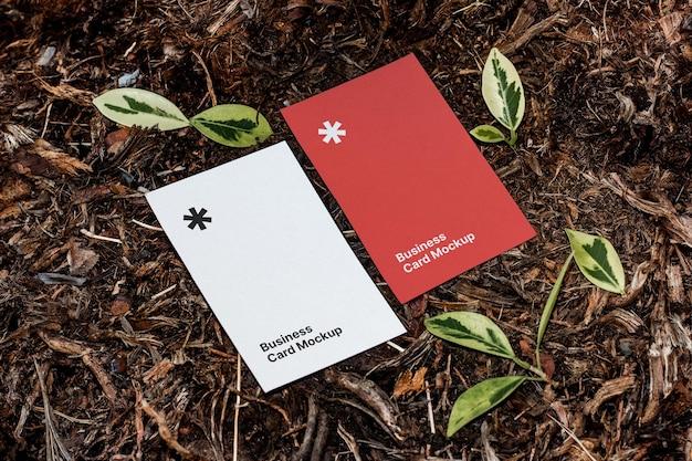 Вид сверху на макет визитной карточки на земле
