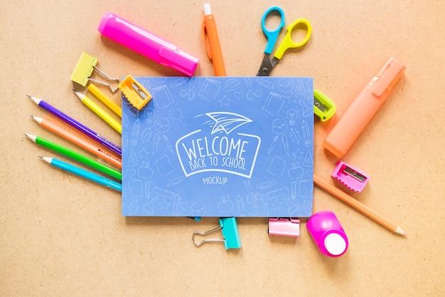 トップビューの紙とペンの配置