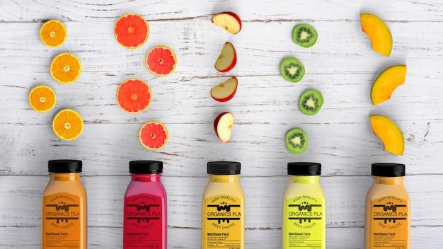 Вид сверху пластиковых бутылок смузи и кусочков фруктов