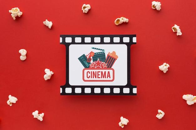 Вид сверху на ретро кинопленку и попкорн