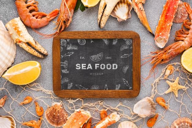 黒板のモックアップとトップビュー海の食べ物の配置