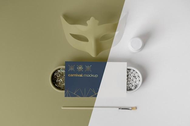 Vista dall'alto del semplicistico invito di carnevale con maschera e assortimento di perline