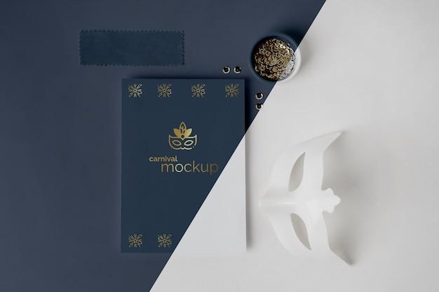 Vista dall'alto del semplicistico invito di carnevale con maschera e perline