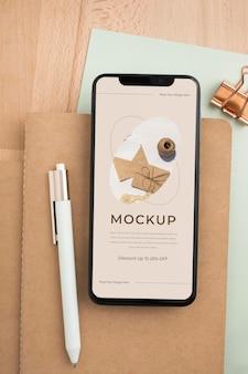 Smartphone vista dall'alto sulla scrivania mockup