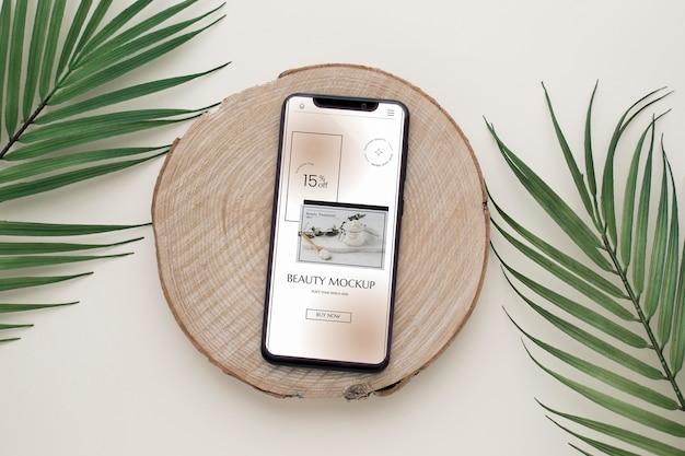 Smartphone e foglie vista dall'alto