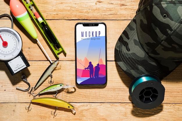 Vista dall'alto di smartphone con esche da pesca
