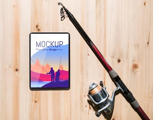 Vista dall'alto di smartphone con canna da pesca