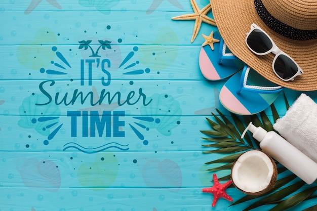 플립 퍼와 코코넛 상위 뷰 여름 모자