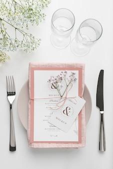 Vista dall'alto della disposizione dei tavoli con mock-up di menu primaverile e posate Psd Gratuite
