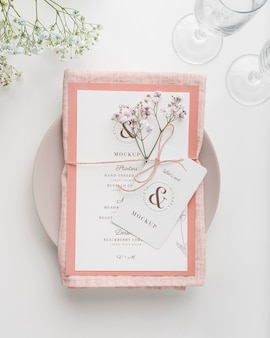 Vista dall'alto della disposizione dei tavoli con mock-up di menu primaverile e fiori
