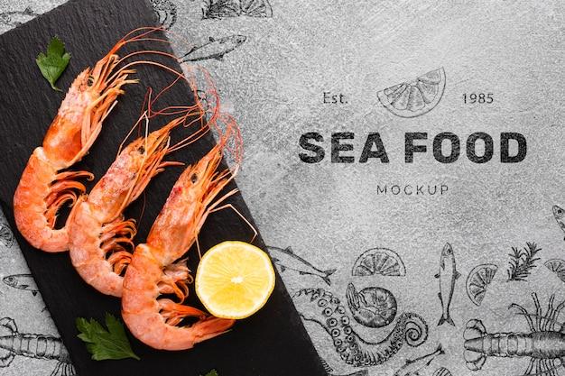 Вид сверху вкусная композиция из морепродуктов с макетом